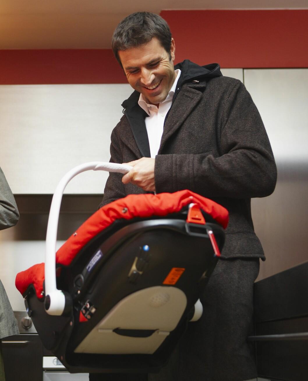 <strong>HJEM FRA FØDESTUEN:</strong> Den første kjøreturen med babyen kan være både gledelig og litt nervepirrende. Foto: NTB Scanpix