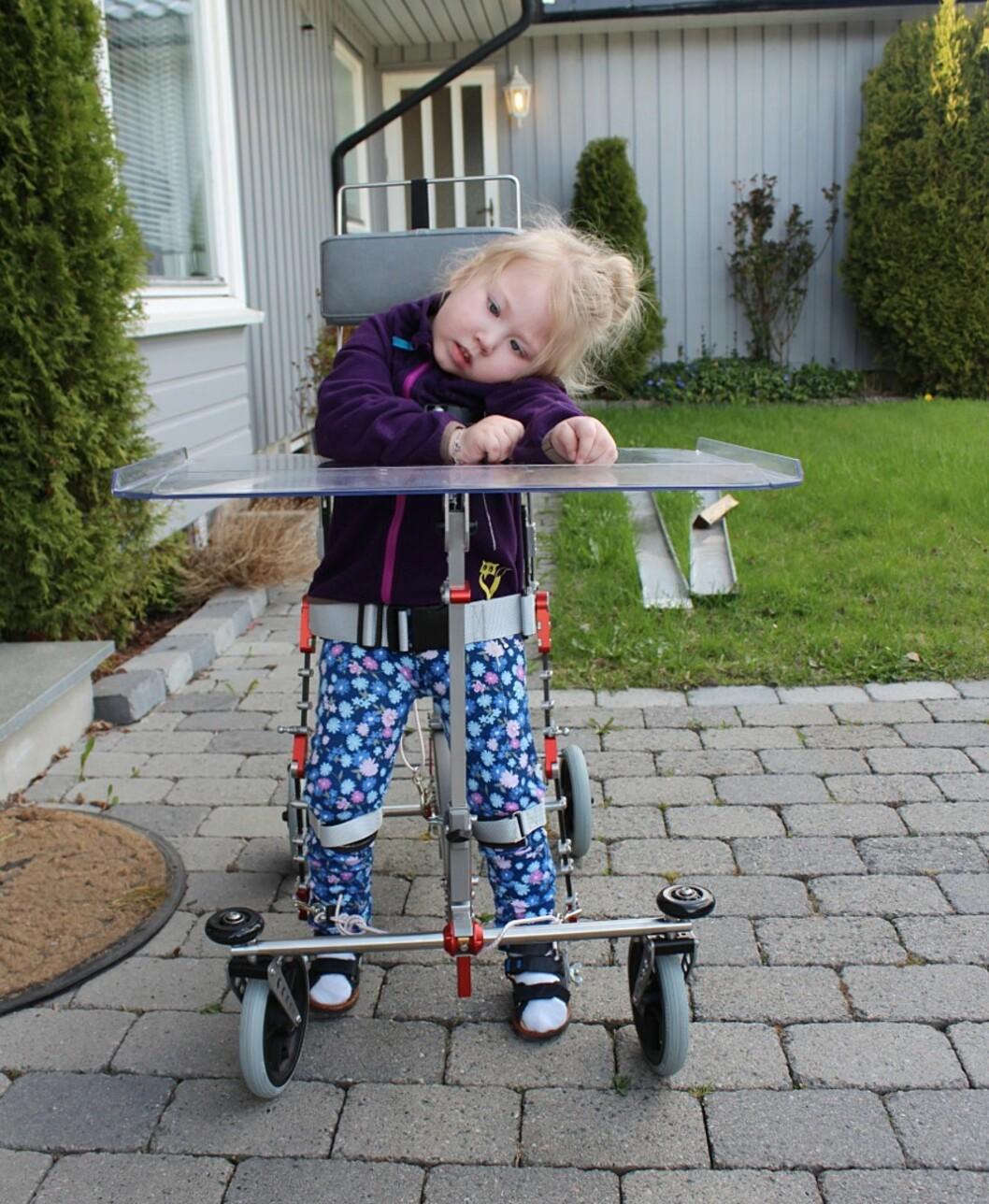 GÅR SELV: Ved hjelp av «walker» kan Tomine gå korte turer hver dag. Foto: Privat