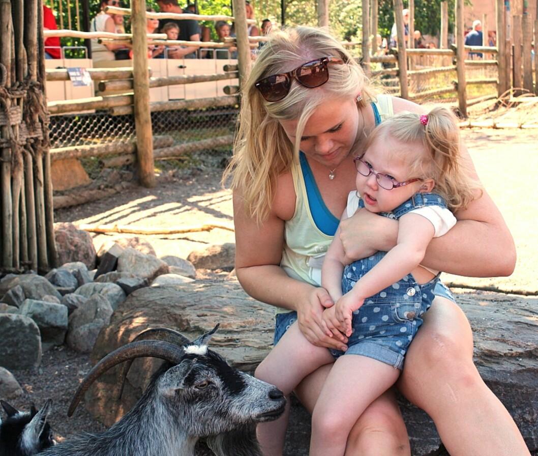 MANGE OPPLEVELSER: Foreldrene til Tomine er opptatt av å ta henne med på familieaktiviteter. Foto: Privat