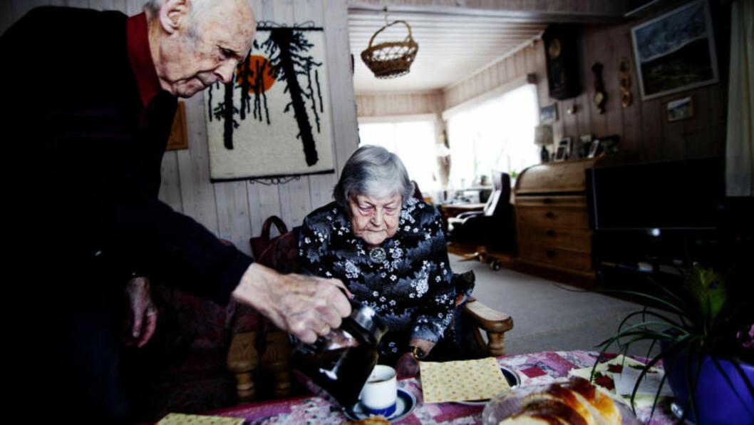 KAFFE OG HJEMMEBAKST: Harald (90) spretter opp mykt og ledig når noe skal gjøres i huset. Matlaging, baking og rydding er ingen sak for den spreke 90-åringen. Ruth Beate vet ikke hva hun skulle gjort uten ektemannen. Hun ble alvorlig syk etter en antibiotikakur for tolv år siden. Foto: Sveinung U. Ystad, Dagbladet