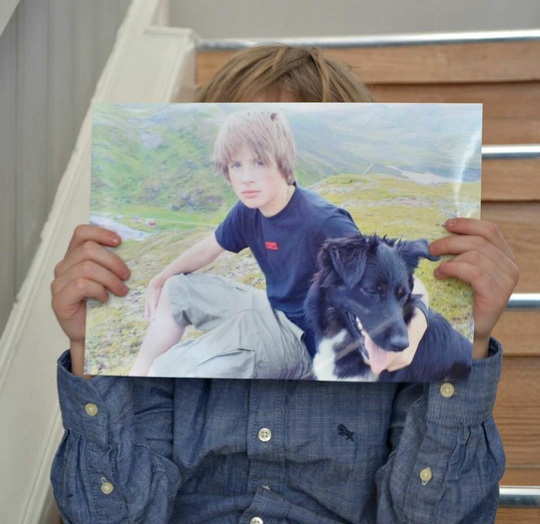 FORBILDET: Marias sønn holder opp et foto av onkelen sin, som også hadde langt hår da han var liten. Foto: Hanne Holan