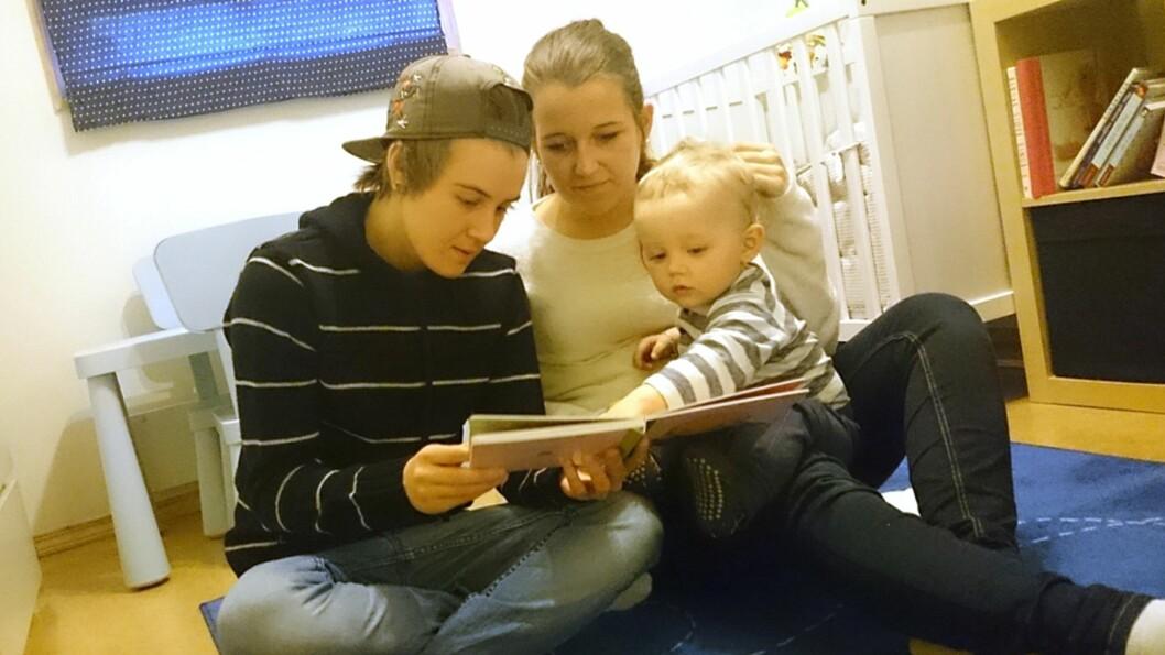 <b>LEI FORDOMMER:</b> Henriette og Marita sier deres hverdag med sønnen Adrian er som de fleste andres. Foto: Privat