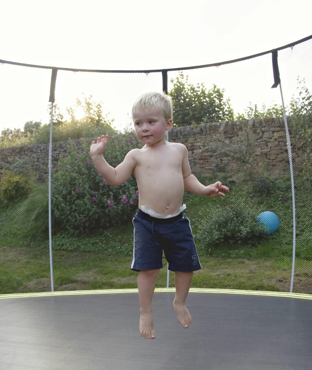 <strong>VIKTIG MED SIKRING:</strong> Også mange små barn blir skadet i trampoliner. Foto: Lucianne Pashley / NTB Scanpix