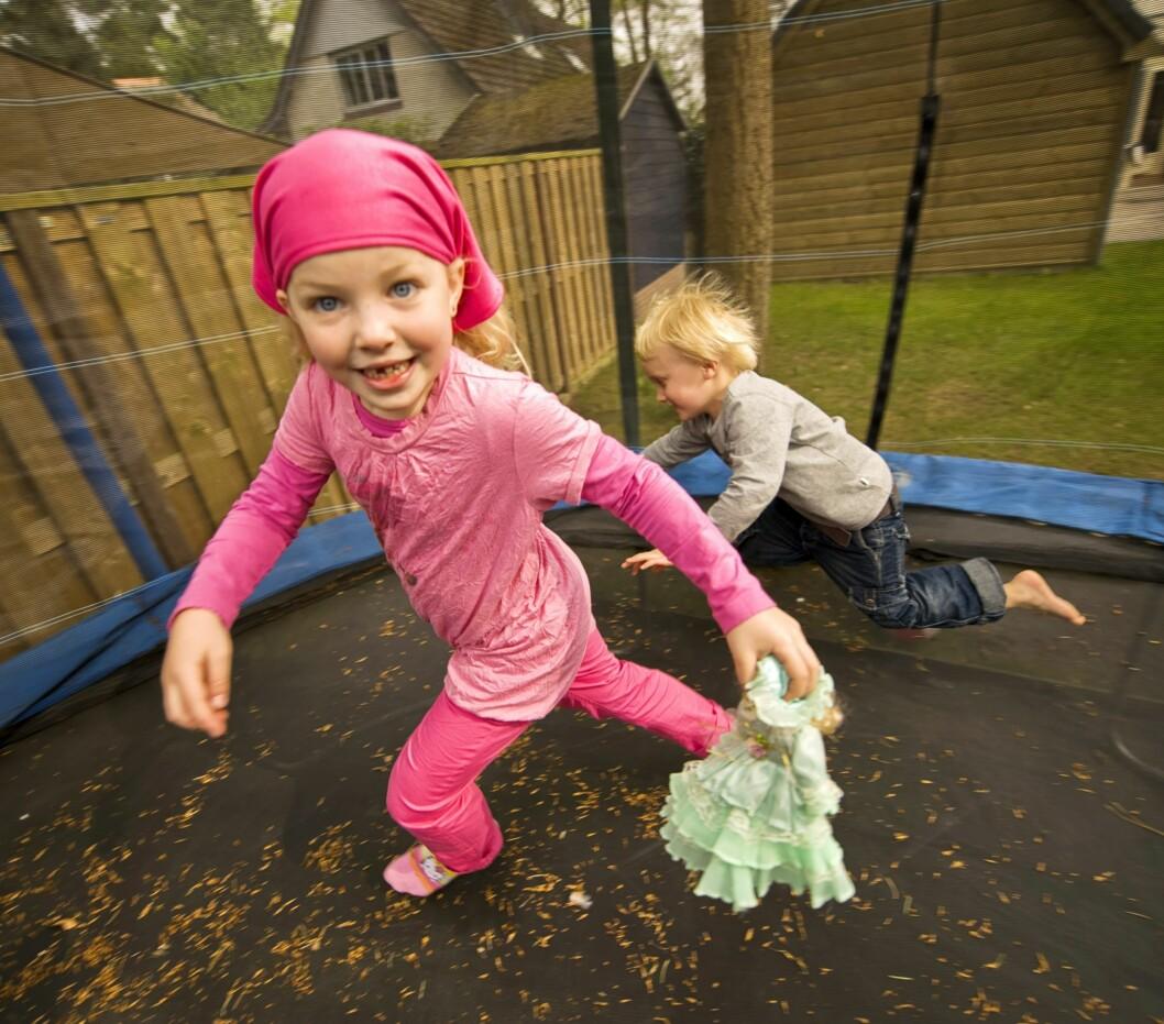 <strong>SAMMENSTØT:</strong> Flere barn samtidig på trampolinen gir økt risiko for skader. Foto: Brian George Melchers / NTB Scanpix