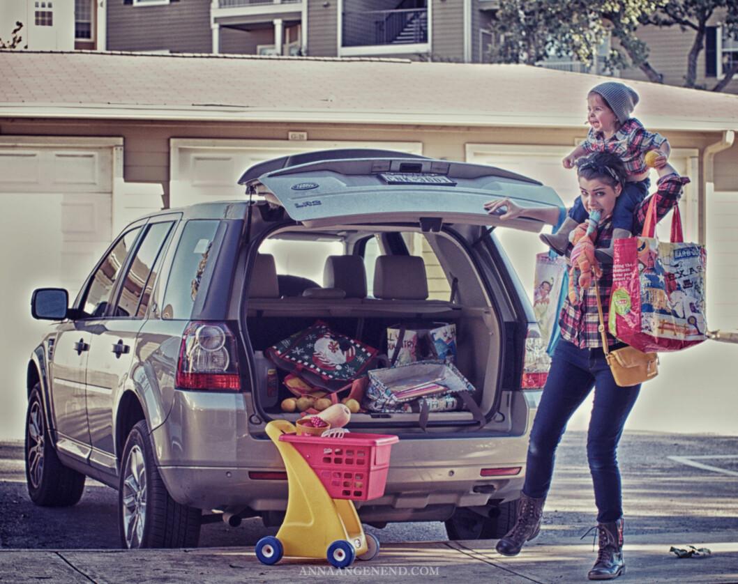 BALANSERINGSAKT: Småbarnsmødre på shopping kan få til det meste! Foto: Anna Angenend Photography