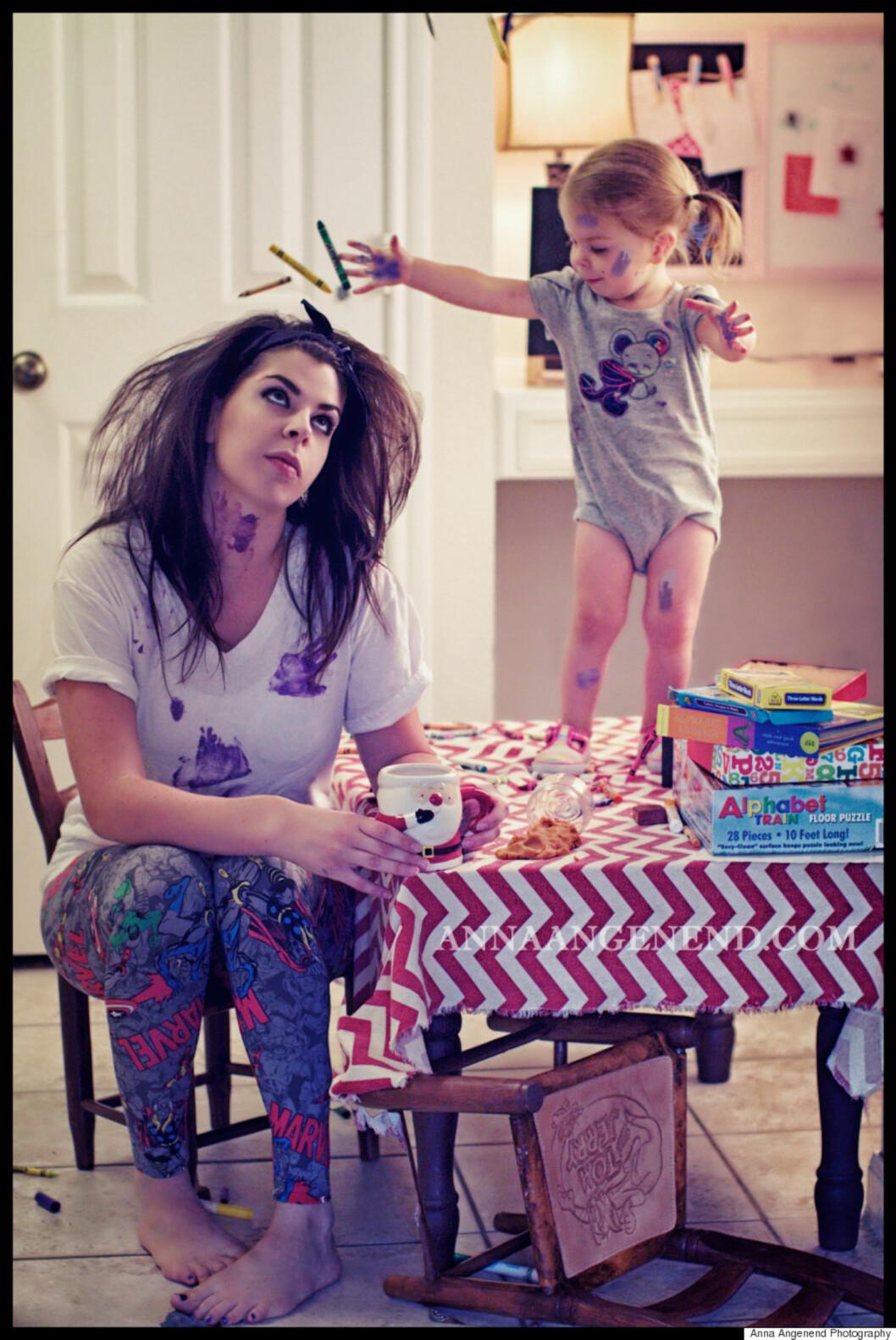 KREATIV MAMMA: Det kan fort bli mye rot når man skal lage noe sammen med de små, men det er verdt det, mener Anna. Foto: Anna Angenend Photography
