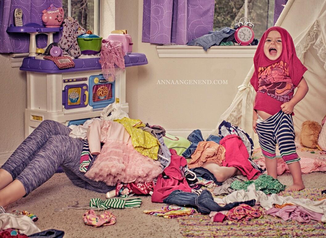 <b>BEGRAVD AV SKITTENTØY: </b>En bokstavelig tolkning av en kjent hverdagssituasjon for mange foreldre. Foto: Anna Angenend Photography