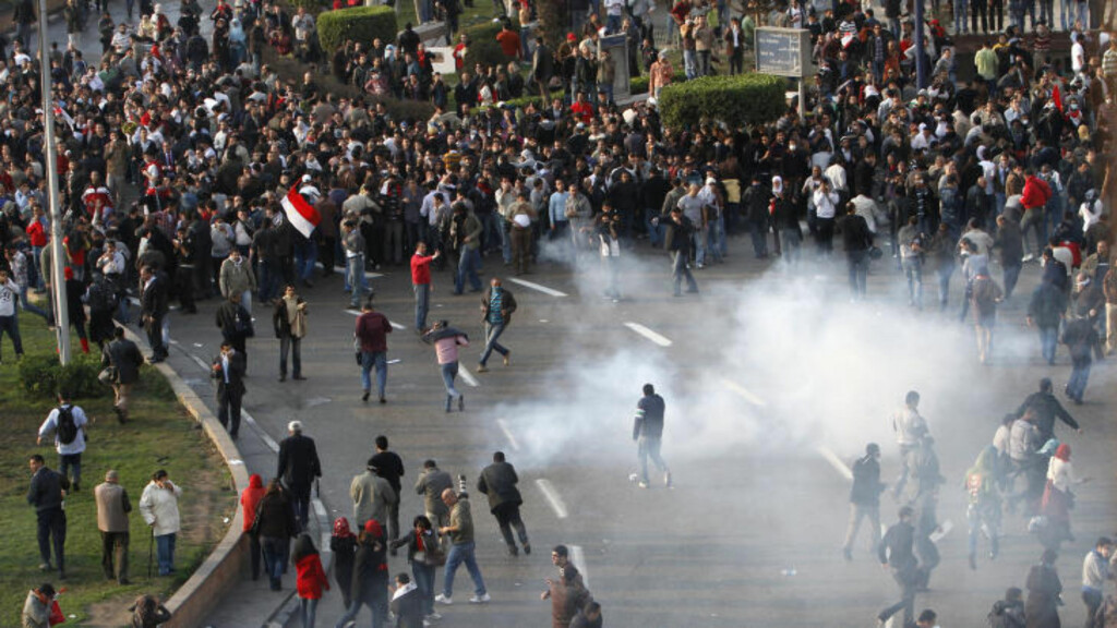 SAMMENSTØT:  Det var tirsdag kraftige sammenstøt mellom demonstranter og politi i Egypt. Demonstrantene krever at den egyptiske presidenten Hosni Mubarak går av. Foto: AFP PHOTO/MOHAMMED ABED