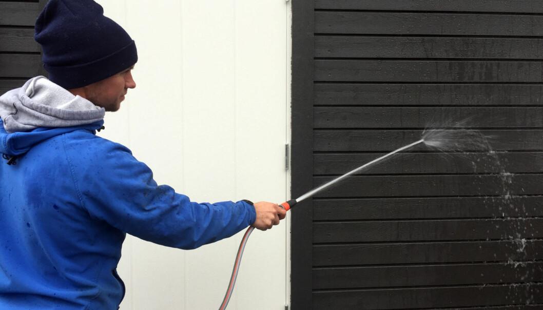 <strong>UTVENDIG VASK:</strong> Det er så og si unødvendig å male huset dersom du ikke har vasket kledningen grundig først. FOTO: Linn M. Rognø.