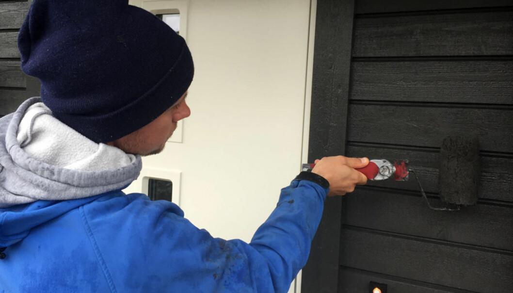 <strong>TO STRØK:</strong> Velger du å male med kun ett strøk utendørs, vil du mest sannsynlig måtte male over enda en gang kort tid etterpå, mener ekspertene. FOTO: Linn M. Rognø