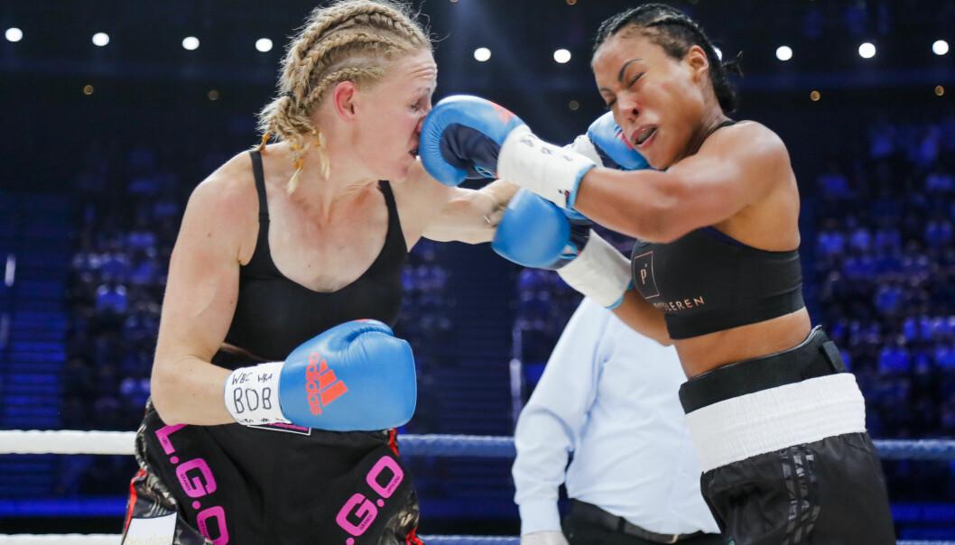 <strong>HARDTSLÅENDE:</strong> Her får Anne Sophie Mathis en rett venstre midt i fjeset fra Brækhus. Foto: Heiko Junge / NTB scanpix.&nbsp;