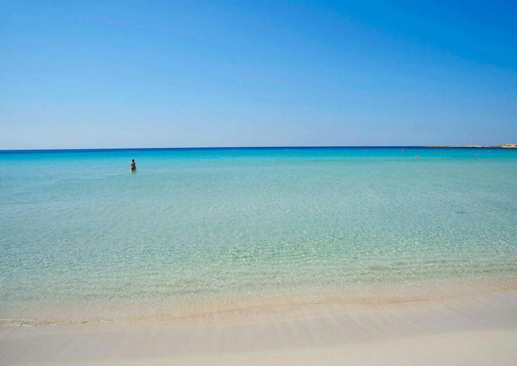 KYPROS: Landa Beach er ikke blant de største, men har deilig sand og svært klart vann. Foto: Ving