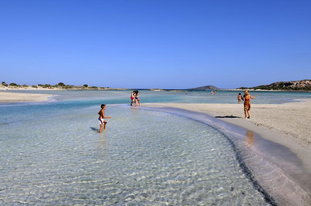 KRETAS SVAR PÅ MALDIVENE: Badestranden Elafonissi på Kreta er utrolig vakker. Foto: George Atsametakis / NTB Scanpix