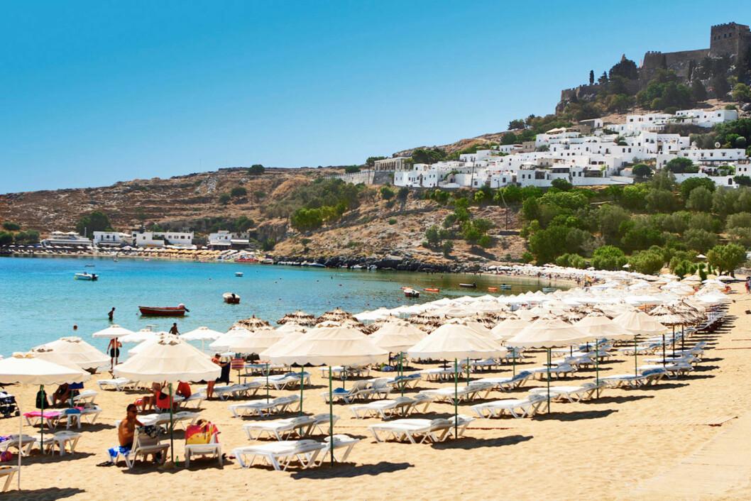 RHODOS: Den vakre stranden ligger like ved den pittoreske landsbyen Lindos. Foto: Ving