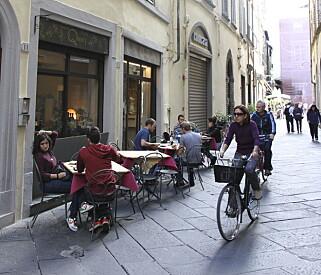 BEST MED SYKKEL: Det er lett å bli glad i Lucca, men sett for all del igjen bilen utenfor bymuren. Her kommer du deg fram til fots, eller med sykkel.