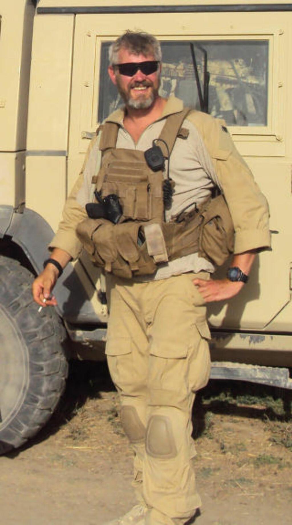 DREPT: Bildet fra juni i fjor viser Trond Andre Bolle foran kjøretøyet han senere han senere samme dag kjørte på en veibombe med. Bolle døde i angrepet. Nå kommer det fram at den dekorerte krigshelten var en nøkkelperson i spiongruppa E14. Foto: PRT Meymaneh / SCANPIX