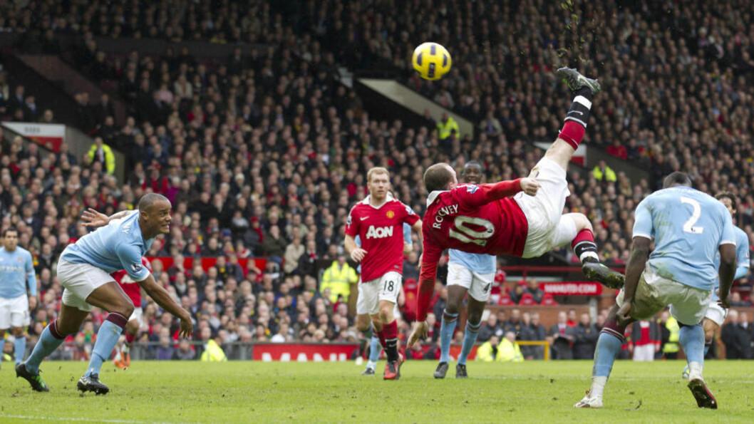 RETT I NETTET: Slik avgjorde Wayne Rooney Manchester-derbyet. Nå vil United-sjef Alex Ferguson har mer fra spissen også når laget ikke spiller på Old Trafford. Foto: AP/Jon Super