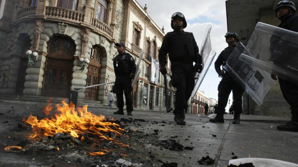 MINST 20 SKADET: Opprørspoliti slo ned på en demonstrasjon startet av et lærerforbund i Oaxaca sør i Mexico. Foto: Reuters/Jorge Luis Plata/Scanpix