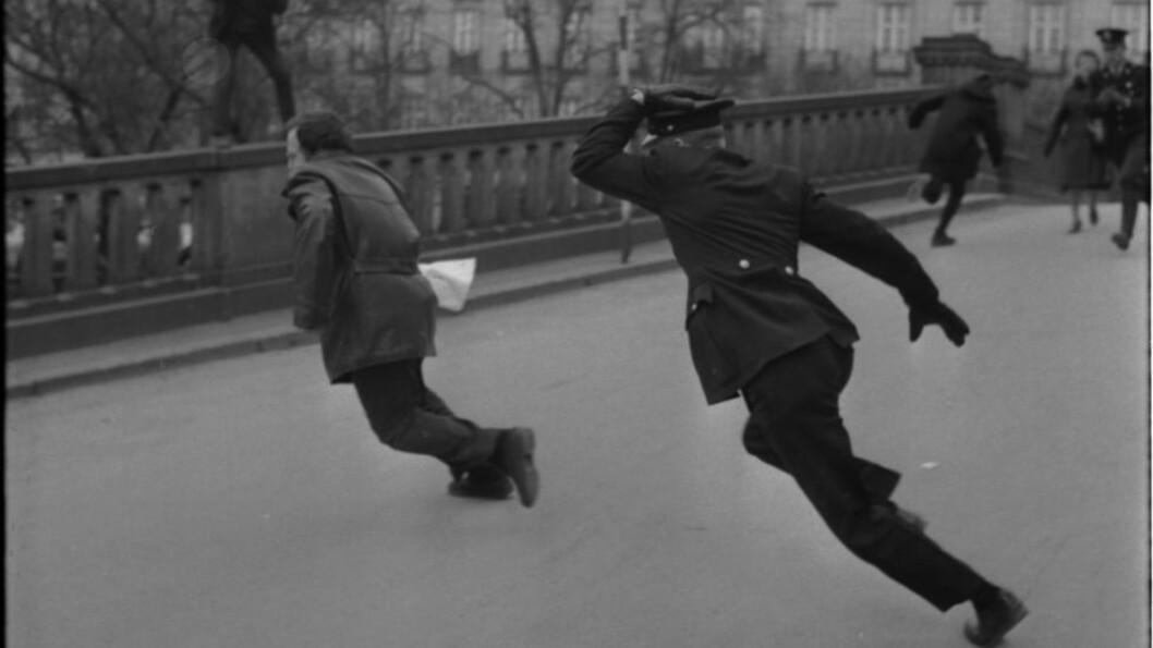 KLASSEKAMP før Klassekampen.  Avisas sentrale opphavsmann Tron Øgrim løper fra politiet utenfor Stortinget under en ulovlig demonstrasjon mot Vietnam-krigen i april 1968. Foto: Arild Hordnes / NTB / SCANPIX
