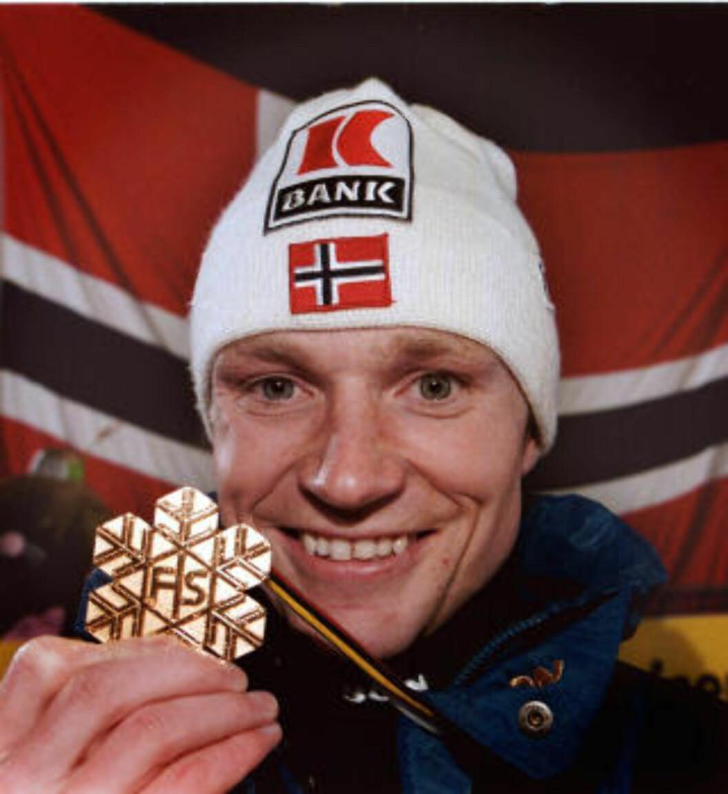 <strong>1999-VINNER:</strong> Bjarte Engen Vik med gullmedaljen fra Ramsau, da Norge sist tok et inviduelt gull i kombinert. Foto: Scanpix