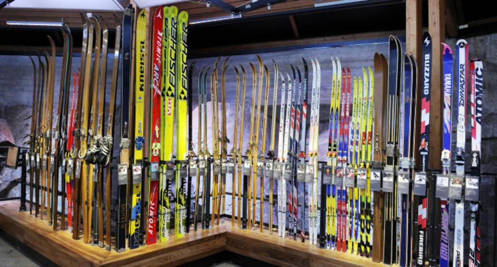 WALL OF FAME: Her er skiene til kjente norske skiløpere gjennom tidene, fra Bjørn Wirkola til Aksel Lund Svindal. Foto: JOHN TERJE PEDERSEN