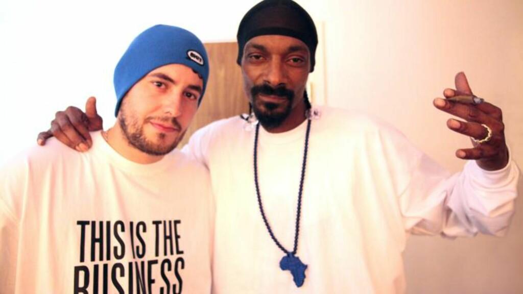 STJERNESAMARBEID: Studioarbeid med Snoop Dogg er blodig alvor, til tross for at rapperen har et image som blant annet innebærer åpenlys hasjrøyking. - Hehe, det er vanskelig å hevde at det er noe annet enn det på bildet, sier Erlend Sellevold. Foto: Øystein Fyxe