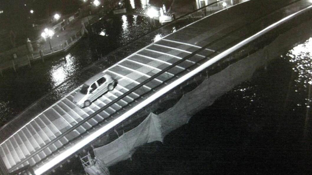 <strong> Gangbro:</strong>  De to parene satte seg bak rattet på en bil og kjørte over en av byens gangbroer. Foto: Scanpix