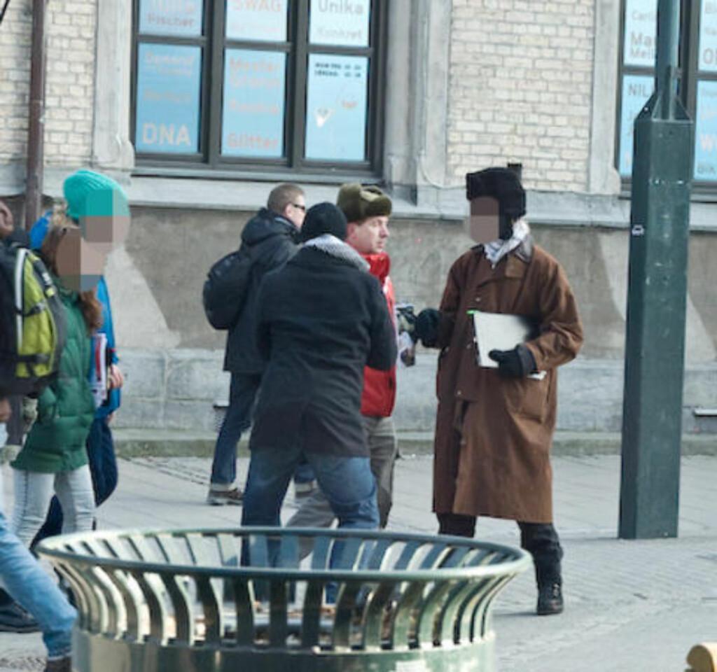 - HOLDT IGJEN: Styremedlem Geir Knutsen i Trondheim MIFF mener han blir holdt igjen av flere unge menn på dette og det påfølgende bildet, da han skulle hente tilbake flagget som ble stjålet på standen 19. februar. Foto: Roy-Cato Myrvang