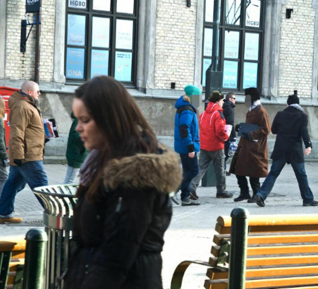 KOMMER PÅ BANEN: RKU-leder og nestleder i SOS Rasisme Kenneth Fuglemsmo (til venstre i brun jakke) var også tilstede under demonstrasjoen. Foto: Roy-Cato Myrvang