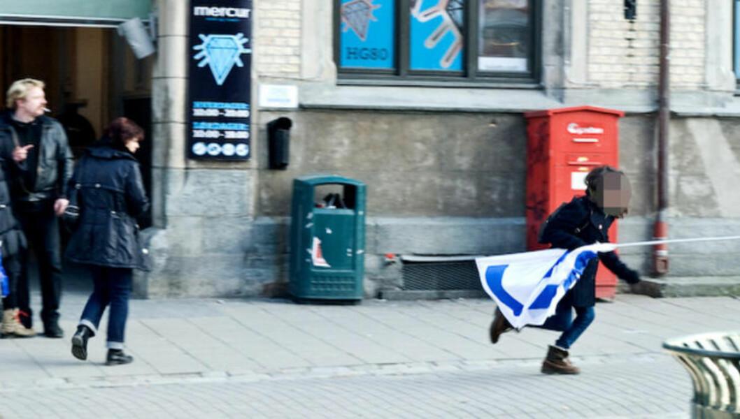 <strong>FORSVINNER MED FLAGGET:</strong> Her løper en kvinne avgårde med Israel-flagget til Med Israel (Miff) for fred i Trondheim sentrum. Foto: Roy-Cato Myrvang