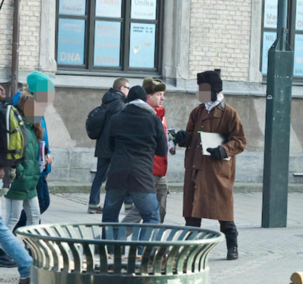 <strong>HOLDT IGJEN:</strong> Styremedlem Geir Knutsen i Trondheim MIFF mener han blir holdt igjen av flere unge menn på dette og det påfølgende bildet, da han skulle hente tilbake flagget som ble stjålet på standen 19. februar. Foto: Roy-Cato Myrvang