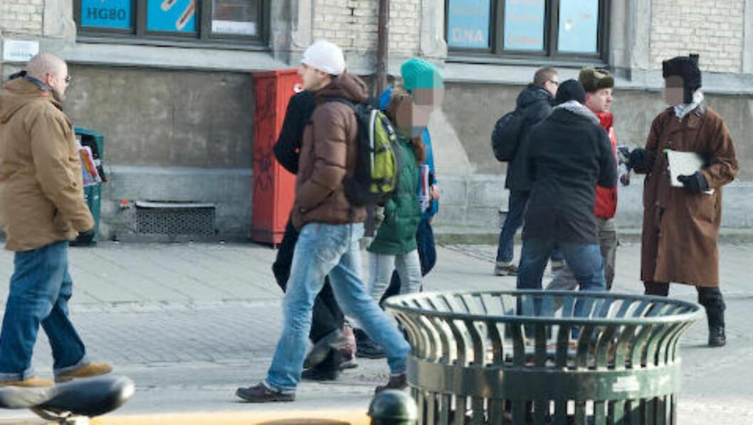 <strong>TILSTEDE:</strong> RKU-leder og nestleder i SOS Rasisme Kenneth Fuglemsmo (til venstre i brun jakke) var også tilstede under demonstrasjoen. Foto: Roy-Cato Myrvang