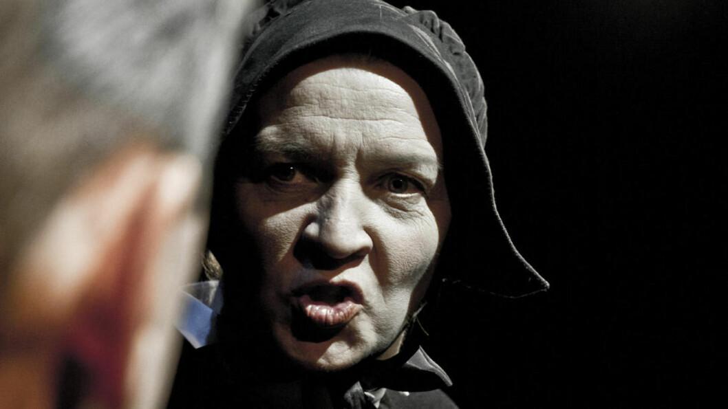 <strong>SPLINTEN OG BJELKEN:</strong> «Du ser splinten i din brors øye, men ikke bjelken i ditt eget», heter det i Bibelen. Det er også et budskap i «Tvil». Hildegun Riise tolker den uforsonlige søster Aloysius uten å unnskylde henne. Foto: Dag Jenssen, Det Norske Teatret