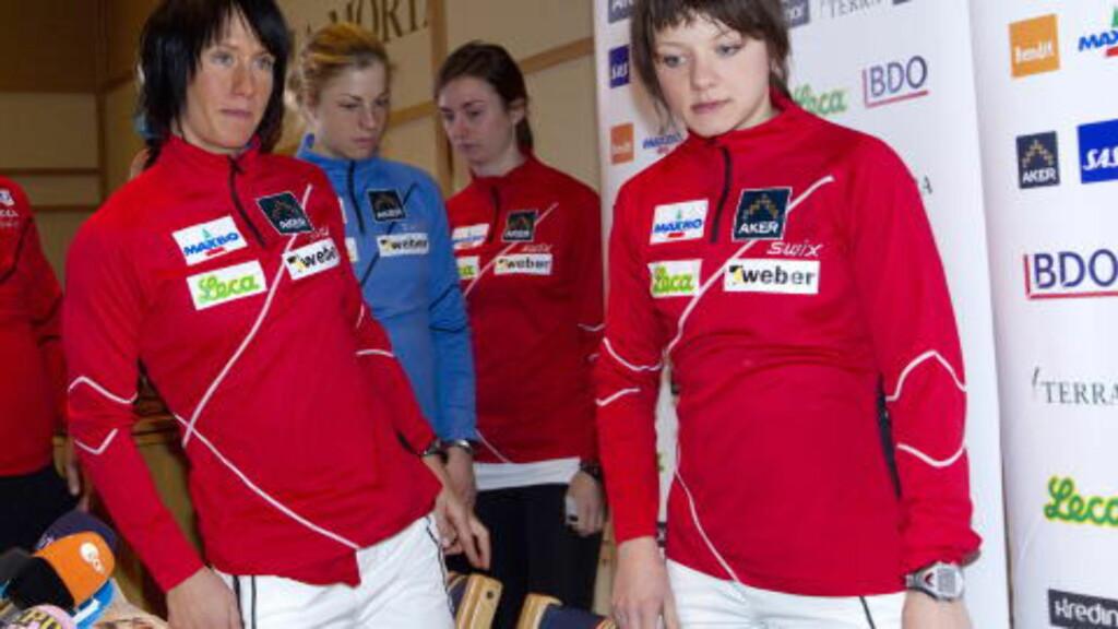 SPRINTLAGET SIST: Maiken Caspersen Falla (foran th), Marit Bjørgen (tv) , Astrid Uhrenholdt Jacobsen (i blå jakke)  og Celine Brun-Lie gikk sprinten. Nå er Bjørgen og Brun Lie ute av lagsprinten. Foto: Terje Bendiksby / Scanpix