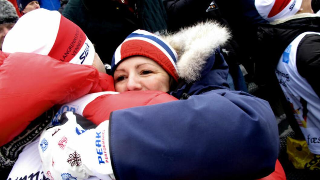 TOK TIL TÅRENE: Laila Selbæk tok til tårene da ektemannen Eldar Rønning sikret den ene av to norske pallplasseringer i dag. Her gir hun Rønnings pappa Jan en god klem. Foto: Jan Thomas Holmlund