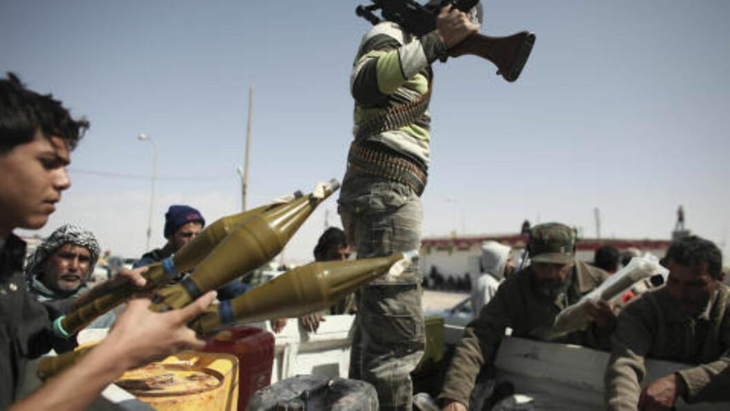 GJØR SEG KLARE: Opprørssoldatene i Brega i Libya gjør seg klare for å kjempe mot Kadhafis lojale sikkerhetsstyrker. Foto: AP/Tara Todras-Whitehil/Scanpix