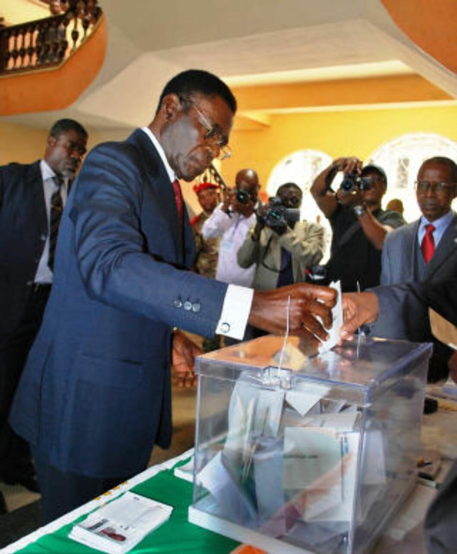 GLANSBILDET: Et bilde av president Obiang som stemmer før valget i 2009, publisert av informasjonsdepartementet. Foto: AP/Scanpix