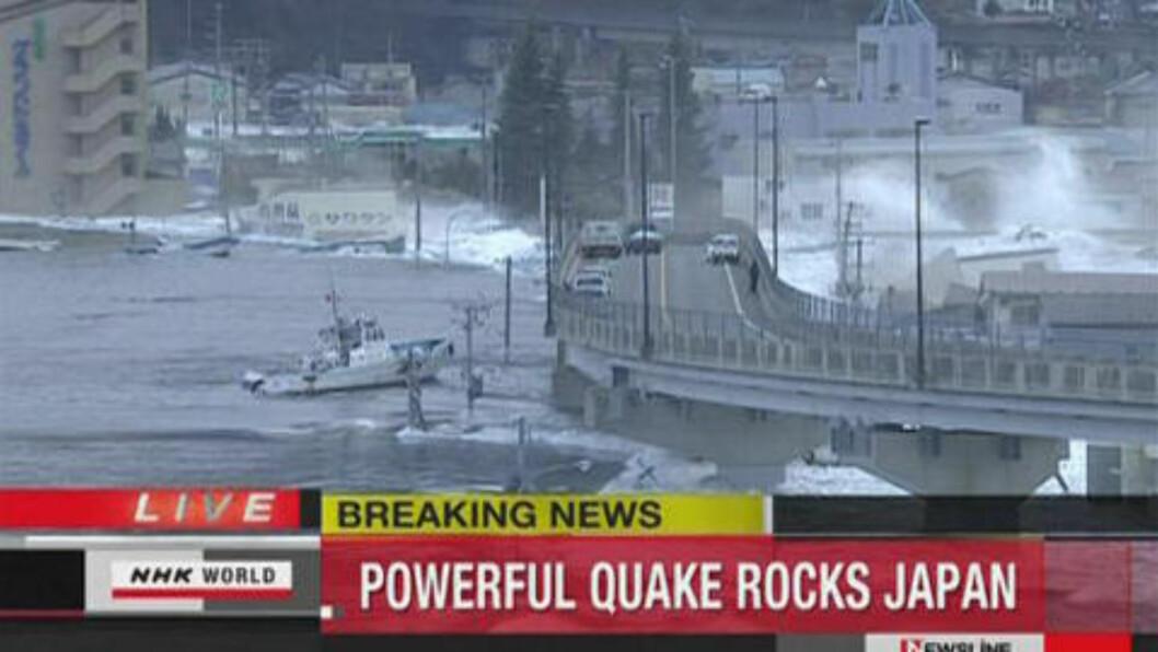 DRAMATISK: Den kraftige tsunamien treffer havna i byen Kamaishi REUTERS/NHK via Reuters TV/Scanpix