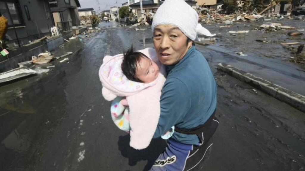 TILBAKE HOS PAPPA: Her blir den fire måneder gamle gjenta gjernforent med sin far. Foto: Hiroto Sekiguchi / AP