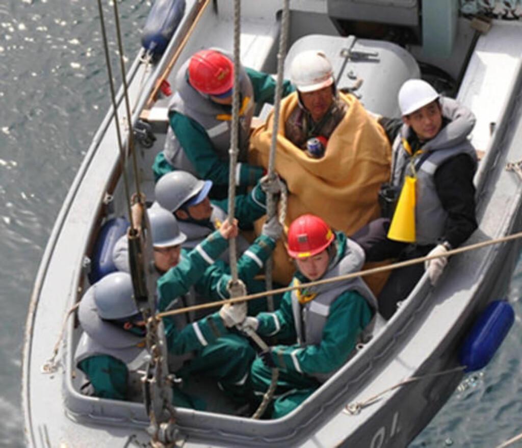 REDDET: Her blir 60 år gamle Hiromitsu Shinkawa fraktet til sykehus. Han skal ifølge AP være i god fysisk form. Foto: Det japanske forsvarsdepartement/AP/Scanpix