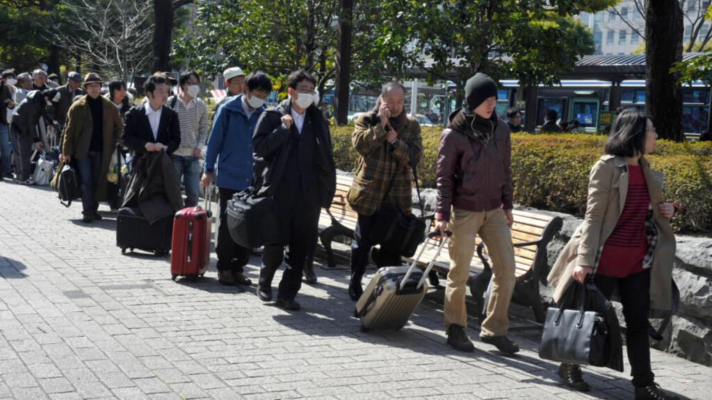 FRYKTE ATOMSKYER:  Lange busskøer i sentrum av Sendai av folk som vil bort i frykt for atomskyene.FOTO: KIM JAE-HWAN, AFP/SCANPIX.