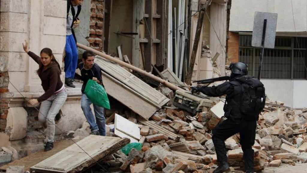 CHILE: En chilensk soldat sikter på folk som plyndrer etter jordskjelvet i Chile i 2010. Foto: AP Photo/Ricardo Mazalan/Scanpix