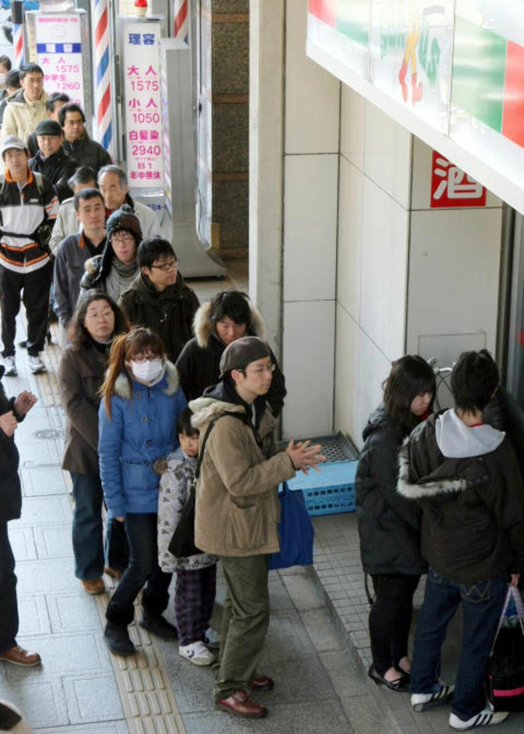KØKULTUR: Folk står pent i kø og venter på tur. - Japanerne tenker at det er noen som har det verre enn dem selv - uansett hvor ille de har det, sier Kalland. Foto: AP Photo/Kyodo News, Mai Tomori/Scanpix