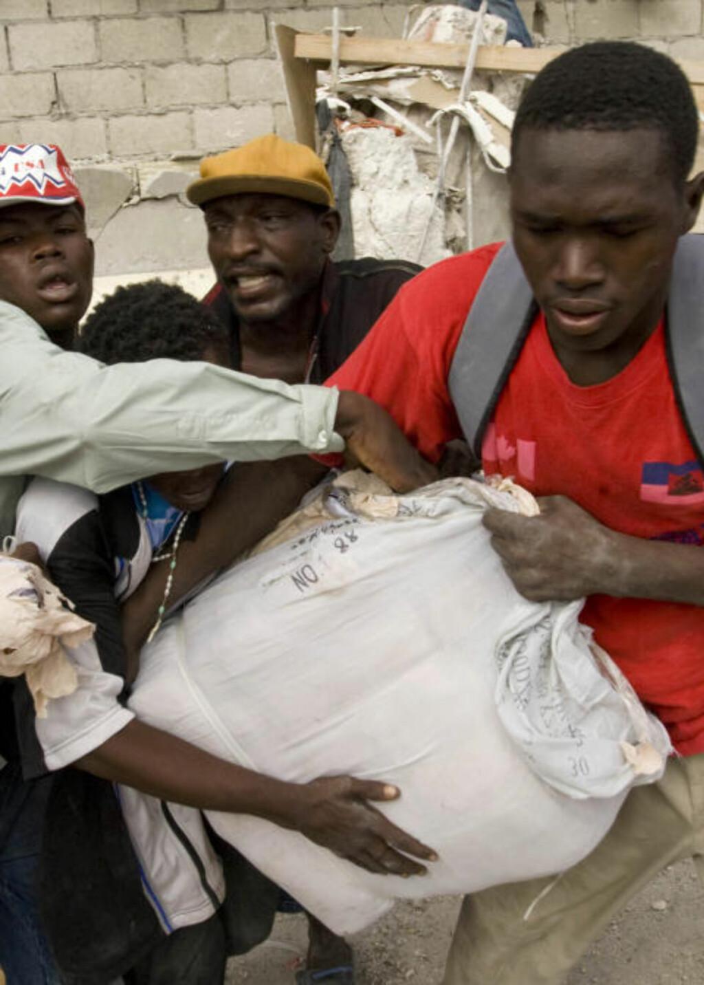 USA SENDTE SOLDATER: Midt under jordskjelvkatastrofen i Haiti måtte USA sende 10 000 soldater for å beskytte befolkningen mot opprør og plyndring. Foto: REUTERS/Logan Abassi/UN Photo/Scanpix