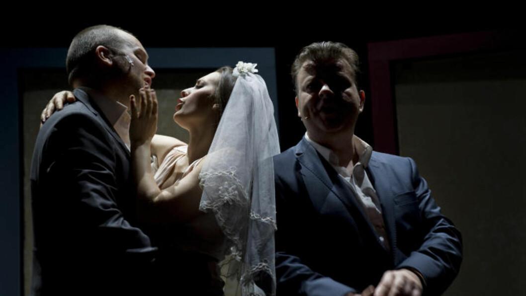 <strong>STORE, SMÅ KJÆRLIGHETER:</strong> Hvor liten kan den store kjærligheten få lov til å være? Jon Bleiklie Devik, Heidi Ruud Ellingsen og Teodor Janson gir oss flere alternative svar på DÉT spørsmålet. Foto: Mimsy Møller, Det Norske Teatret.