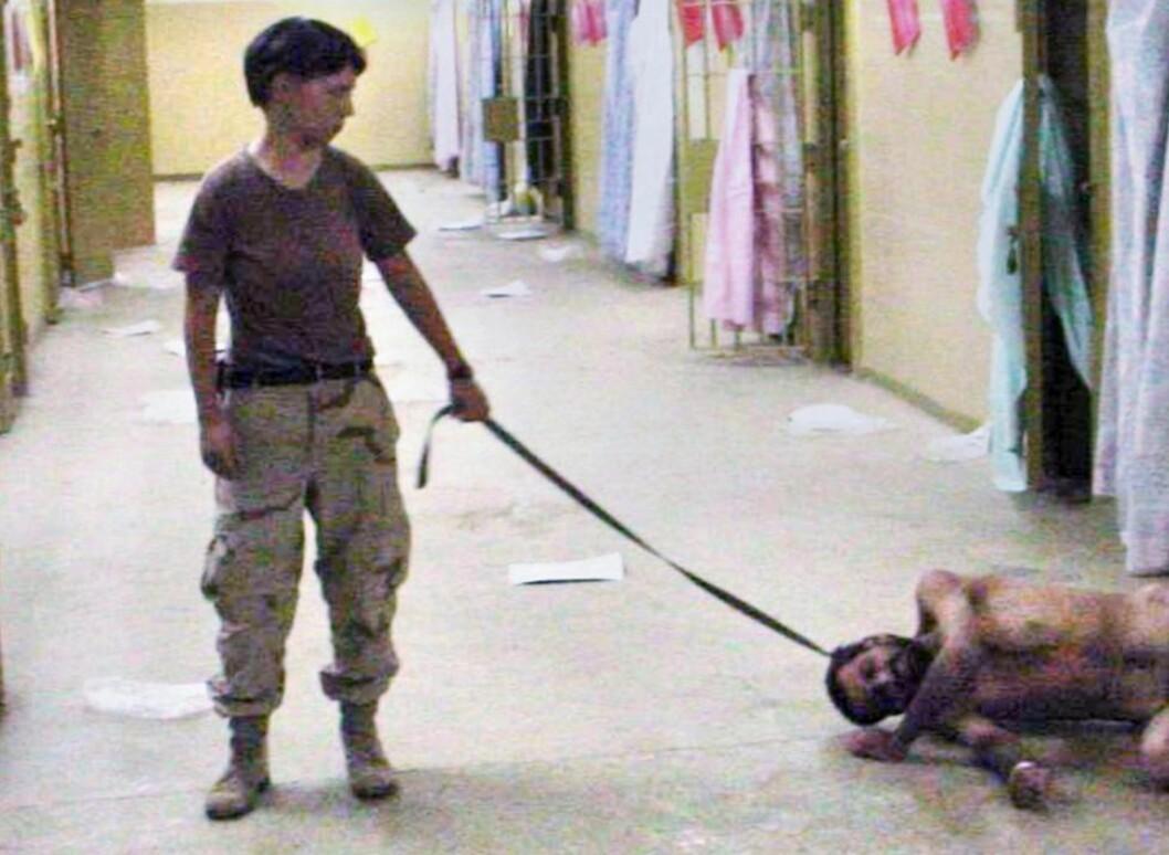 <strong>BERØMTE BILDER:</strong> - Ja, jeg tok bilder selv. Og ja, jeg var på fem seks av dem, sa Lynndie England den gangen skandalebildene fra Abu Graib kom ut. Det verste, syntes hun, var at mediene publisert dem. Siden ble flere bilder fra fengselet offentliggjort. Foto: AP/Scanpix