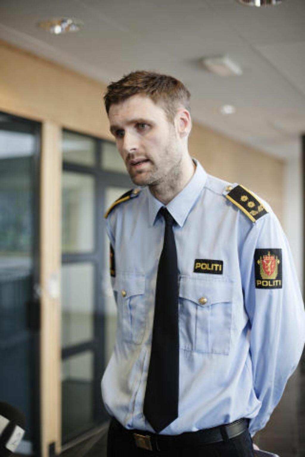 FORETOK RAZZIA: Stavanger-politiet, her ved politiadvokat Fredrik Soma, gjennomførte søndag en razzia i Birkedals bolig. Foto: Trond Sørås/Dagbladet