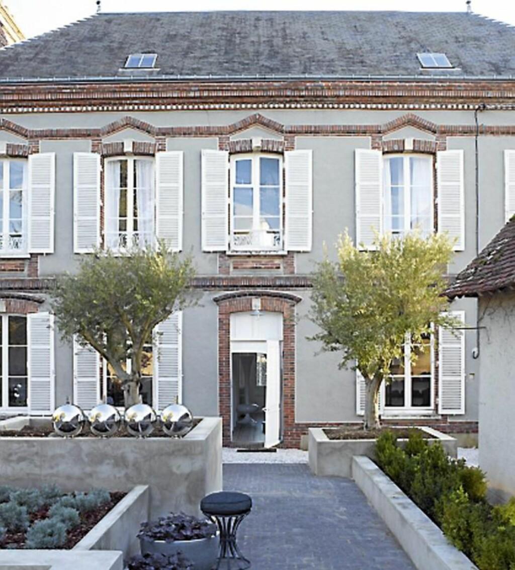 HERSKAPSHUS: Dette huset i Nordmandie har tidligere tilhørt stedets borgermester. Nå er det boligen til Paris-baserte, norske designeren Morten Oren. Foto: Ragnar Hartvig