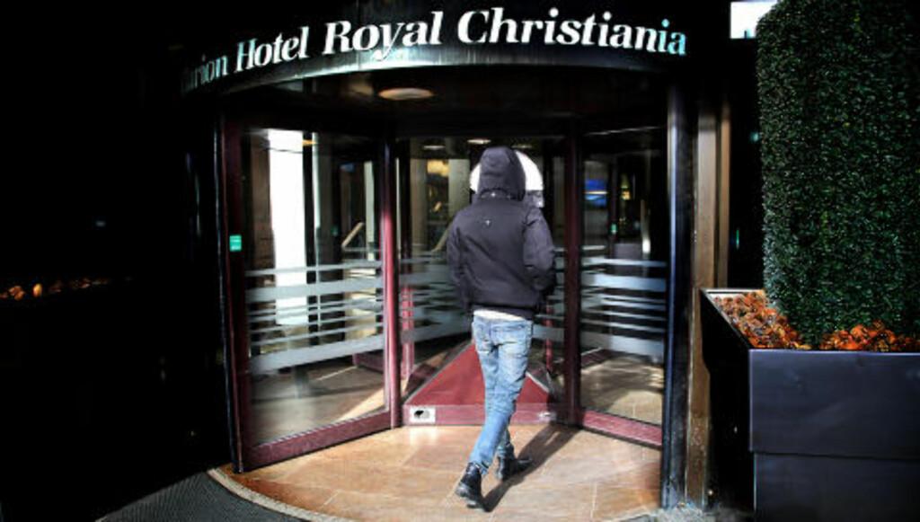 VAR 15 ÅR: Den nå 17 år gamle gutten på vei inn på Hotel Royal Christiania, der det angivelige overgrepet skal ha funnet sted someren 2008. Foto: Jacques Hvistendahl