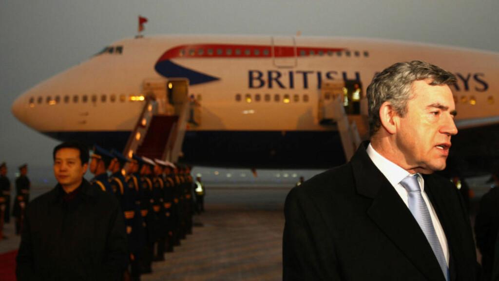 I HARDT VÆR: Gordon Browns liv etter politikken er ikke nødvendigvis noe enklere. I dag slåt britiske medier opp en lite hyggelig historie fra en flytur nylig. Her ankommer han flyplassen i Beijing i 2008. Foto: Dylan Martinez/Reuters/Scanpix